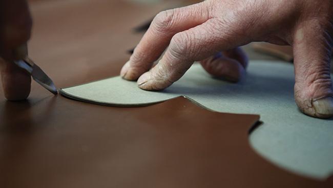 loake-benelux-craftmanship-1-clicking-cutting
