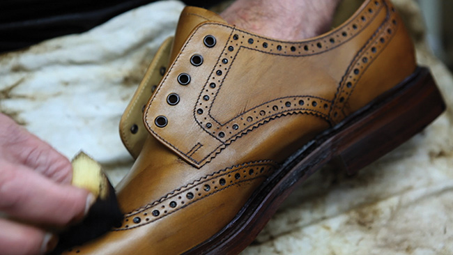 loake-benelux-craftmanship-8-burnishing-dressing